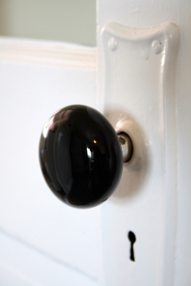 porcelain                   knob detail